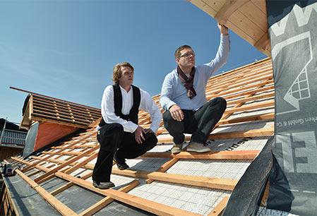 Dachdecker der Rath GmbH begutchten das Dach