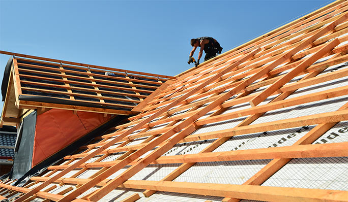 Dachdecker der Rath GmbH arbeite euf einem neuen Dachstuhl